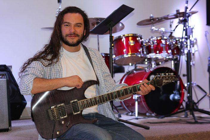 David Santiago Daza (Voz líder y guitarras)