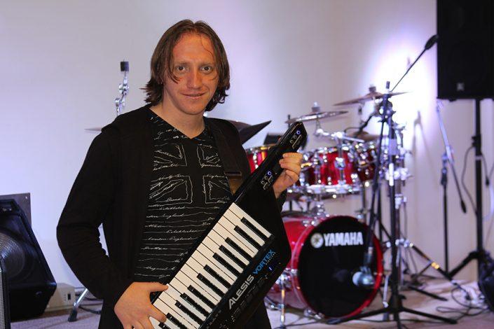 Daniel Herrera (Voz líder y teclados)