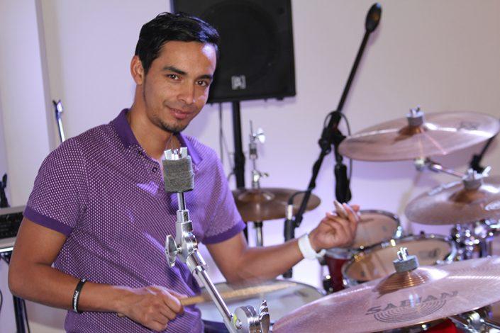 Luis Carlos Molina (Batería y coros)